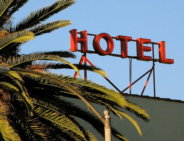 旅費で夫と旅行いってホテルに宿泊した場合
