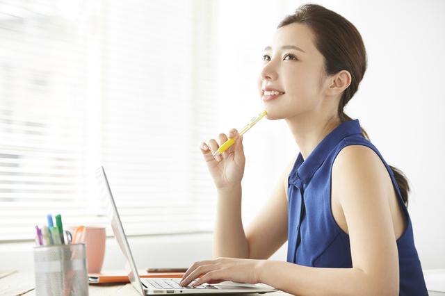事業計画を考える女性