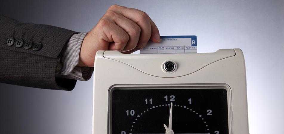 紙のタイムカードの集計でミスや修正が頻繁に発生